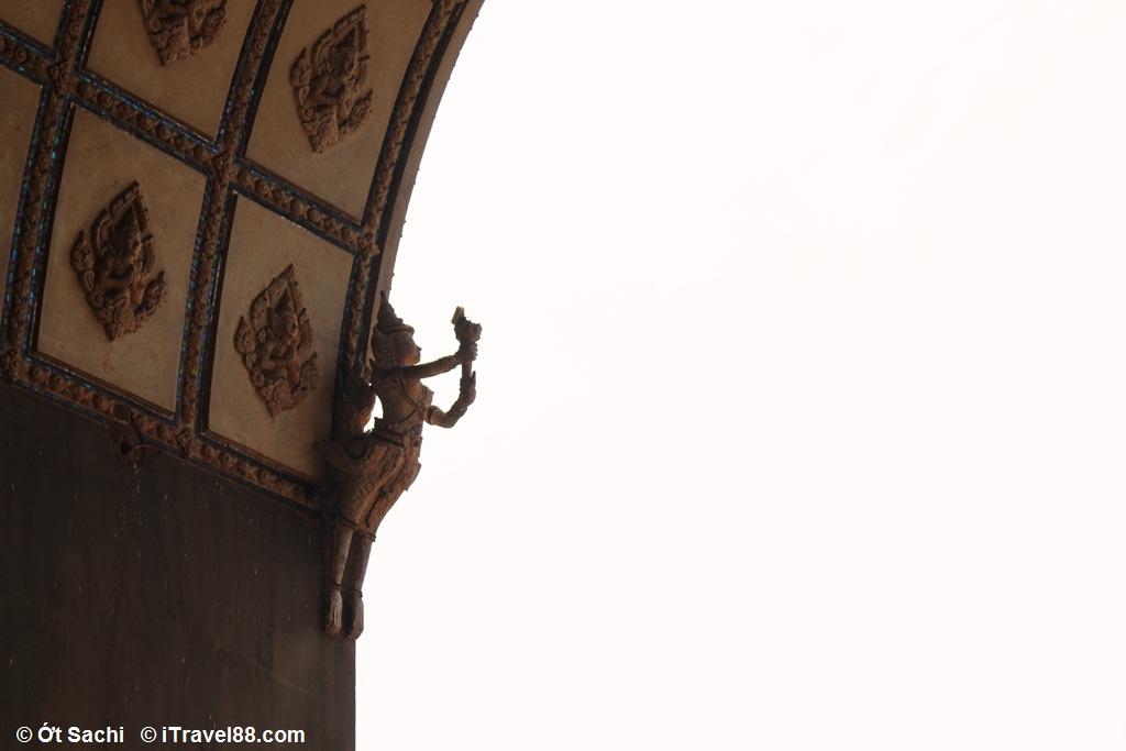Tượng điêu khắc nửa người nửa chim ở Patuxai