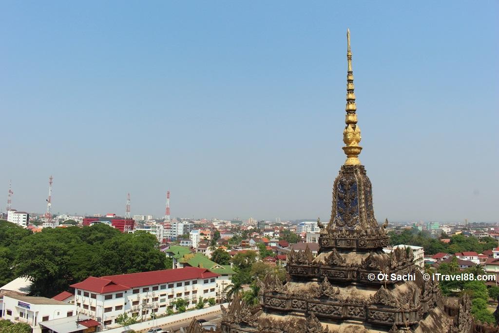 tháp phụ ở khải hoàn môn patuxai