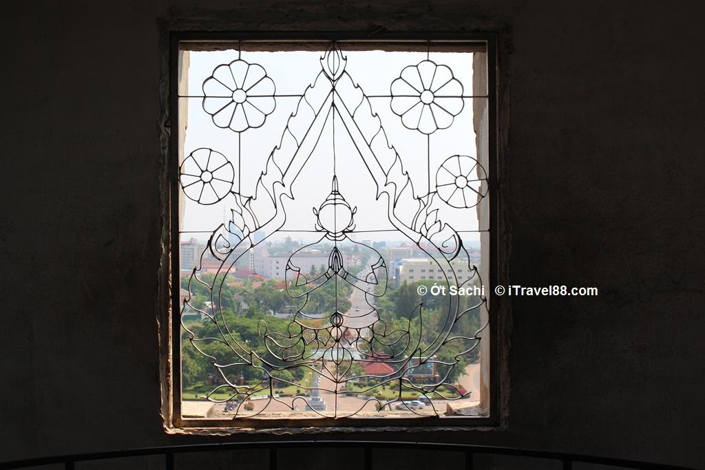 Cửa sổ tại khải hoàn môn Patuxai