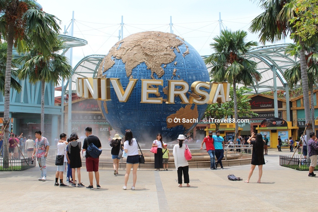 Du khách check-in trước quả cầu Universal studios Singapore
