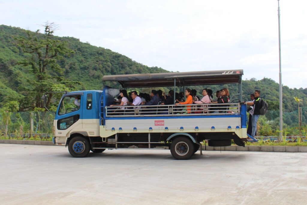 Xe khách lên chùa vàng  Kyaikhtiyo