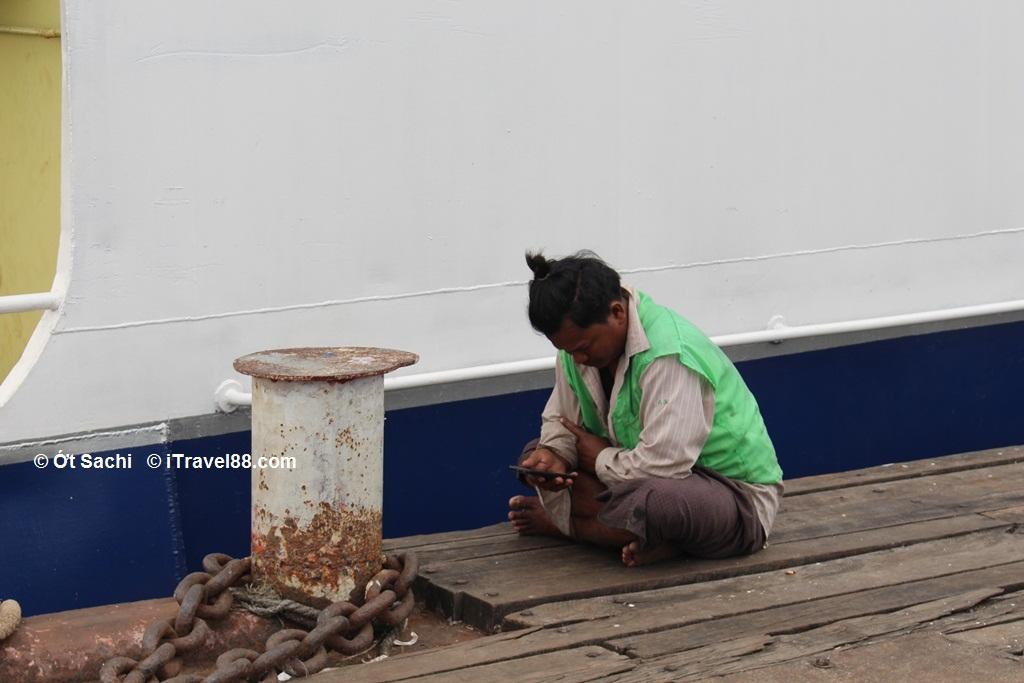 Một anh bạn lạc quan xem tin tức ở bến cảng Yangon