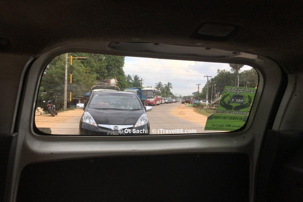 Những chiếc xe nối đuôi nhau trên đường từ Yangon tới chùa vàng Kyaikhtiyo