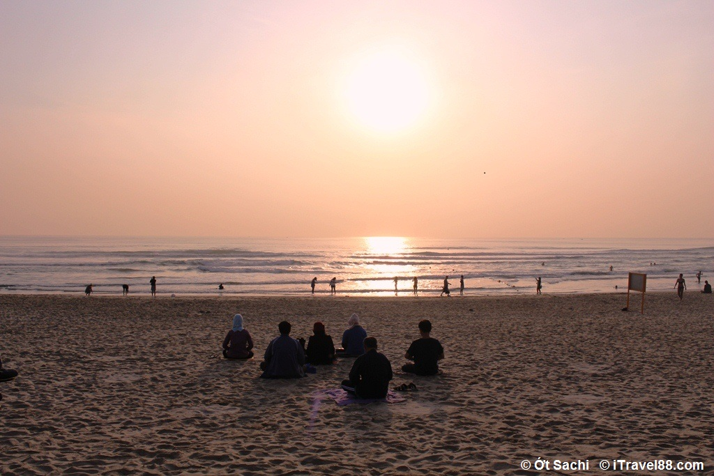 People do excerise and see sunrise in My Khe Beach