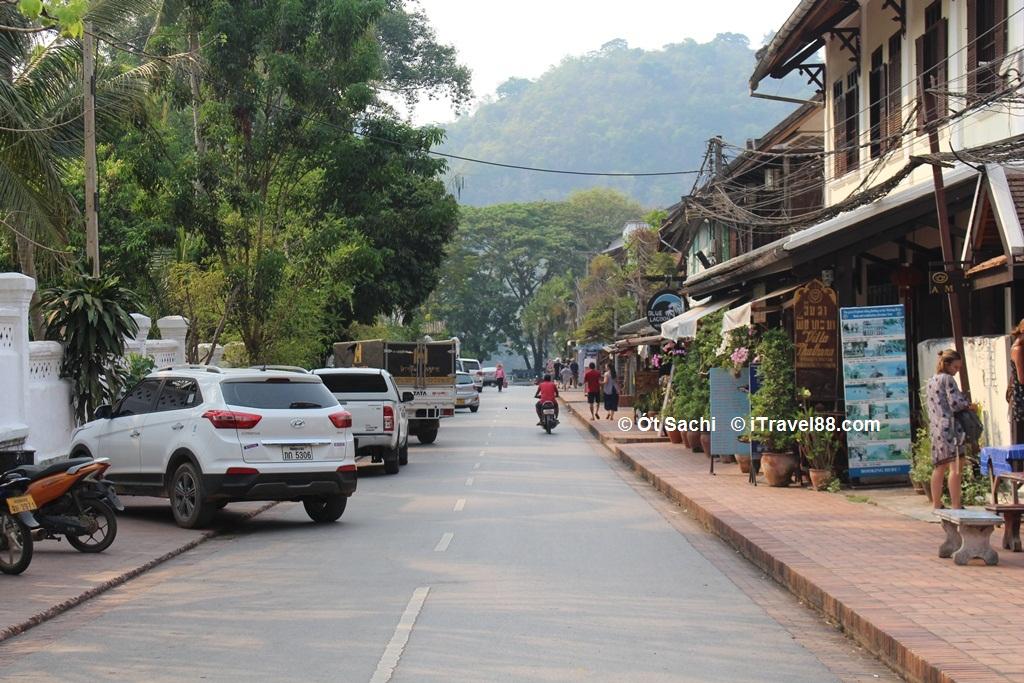 Rất nhiều người lựa chọn cách tự đi ô tô từ  Việt nam sang Lào
