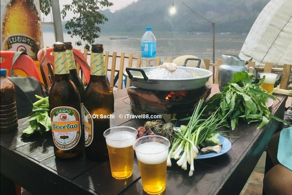 Ăn lẩu nướng, uống bia Lào bên bờ sông Mekong-  Kinh nghiệm du lịch Luang Prabang tự túc