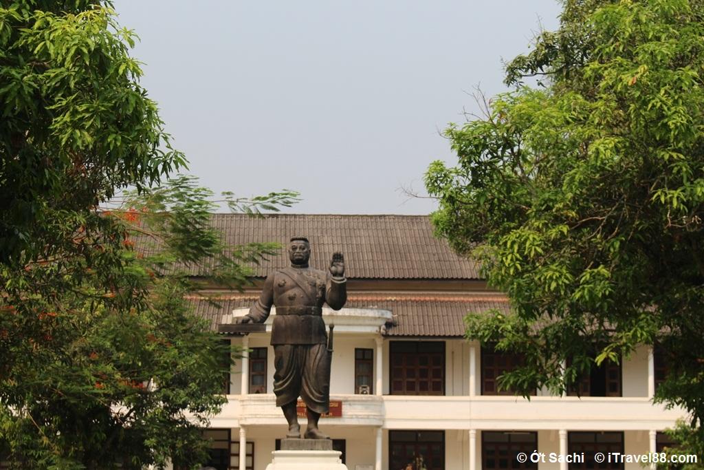 Bức tượng vua  nhà vua Sisavang Von,  Kinh nghiệm du lịch Luang Prabang tự túc từ A-Z