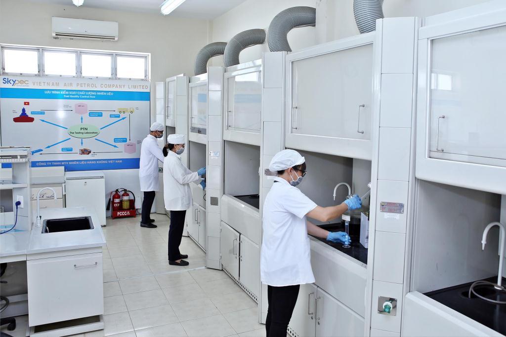 Nhân viên kiểm tra chất lượng nhiên liệu trong phòng thí nghiệm