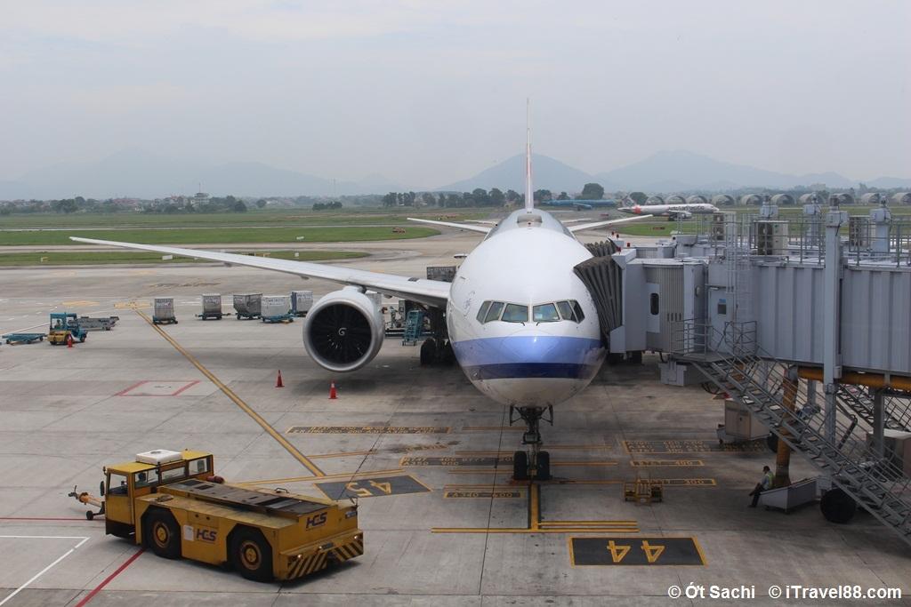 Xe kéo đẩy tàu bay (màu vàng) đang chuẩn bị