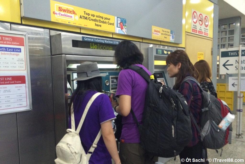 Mua thẻ đi tàu điện ngầm MRT tại Singapore