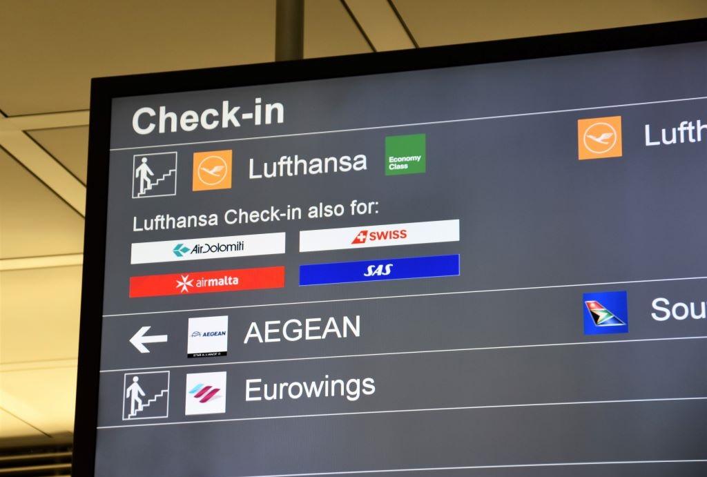 Bảng thông tin chuyến bay ở sân bay - làm thủ tục đi máy bay